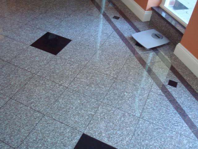 Гранитная плитка в холле
