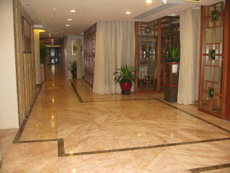 Мраморная плитка в коридоре