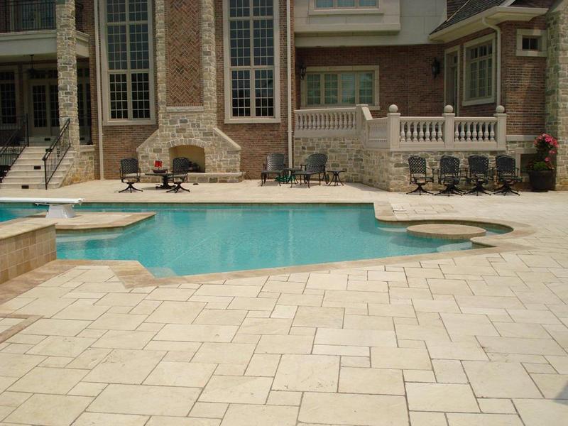 Мраморная плитка вокруг бассейна