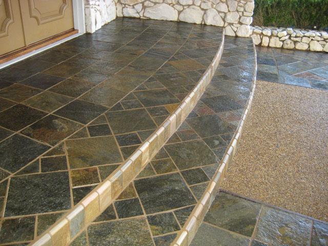 Плитка из натурального камня у входа