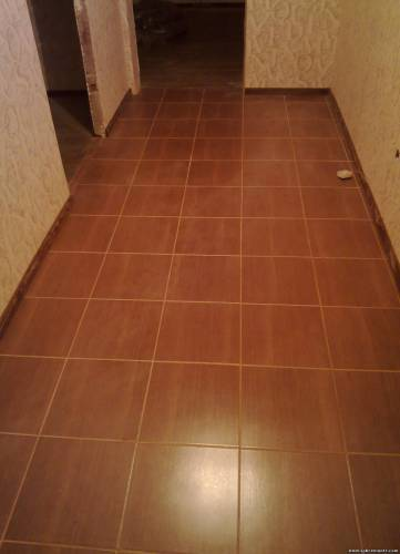 Керамическая плитка под дерево в коридоре
