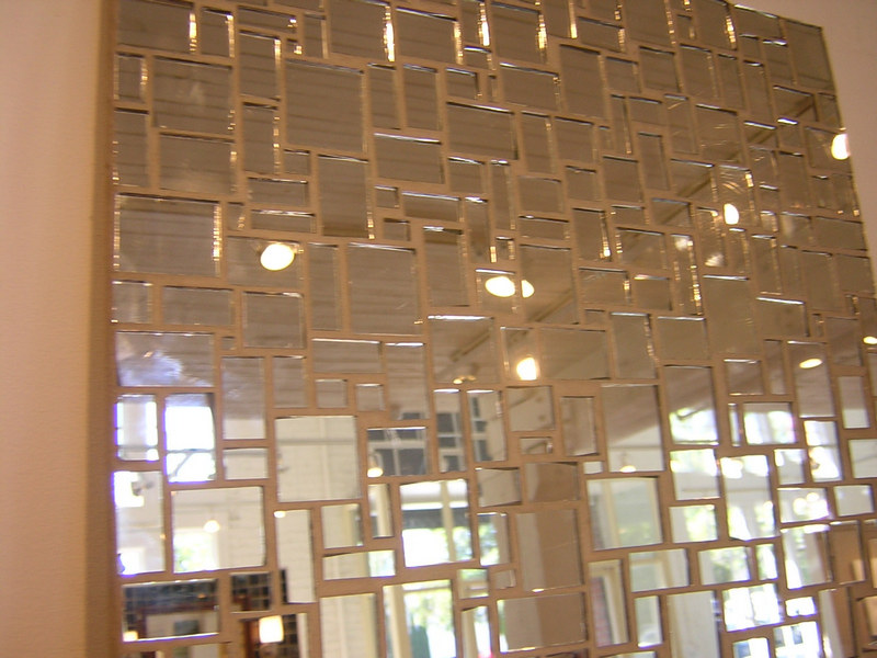 Зеркальная плитка на стене