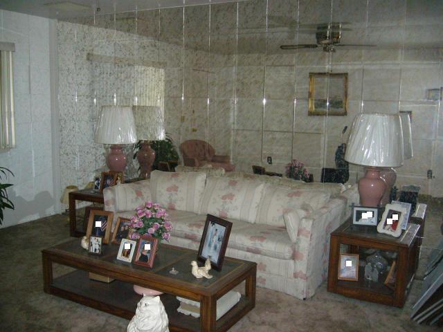 Зеркальная плитка в зале
