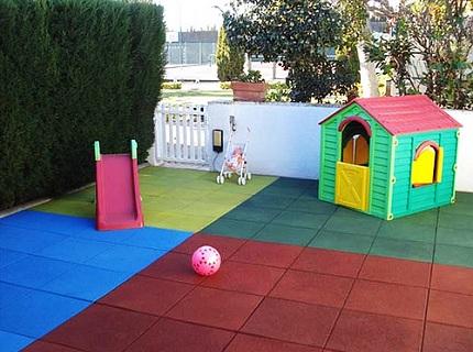 Резиновая плитка на детской площадке