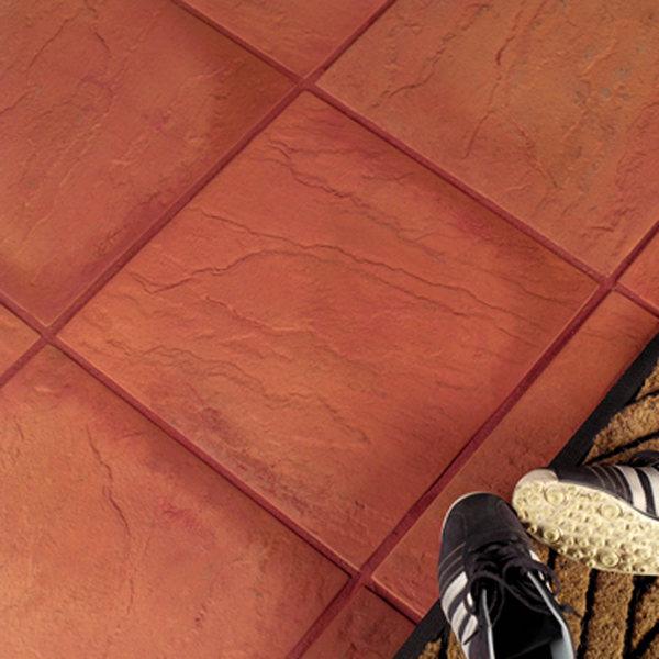 На полу клинкерная плитка красного цвета