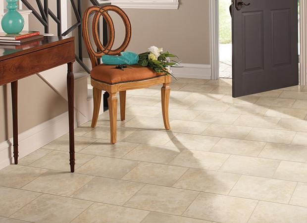 Фарфоровая плитка на полу