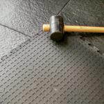 Укладка плитки из резиновой крошки