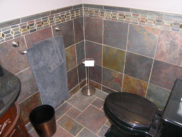 Сланцевая плитка в туалете