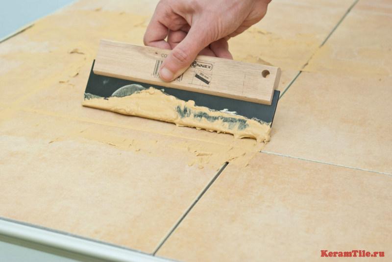 Затирка швов плитки на полу и стенах