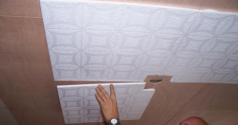 Клеим потолочную плитку без швов