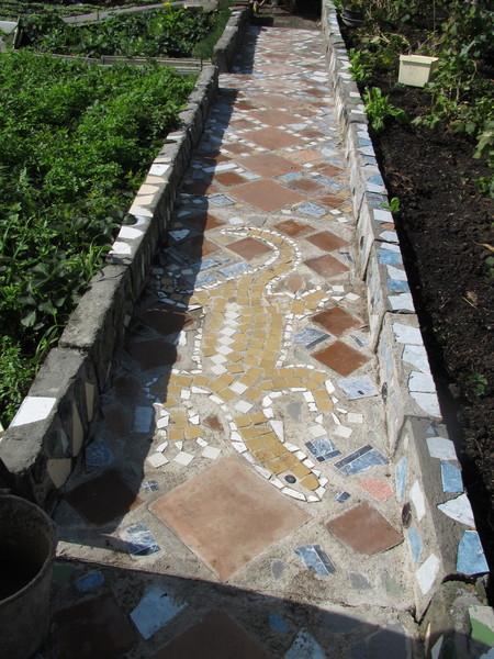 Узоры из битой плитки - дорожка садовая