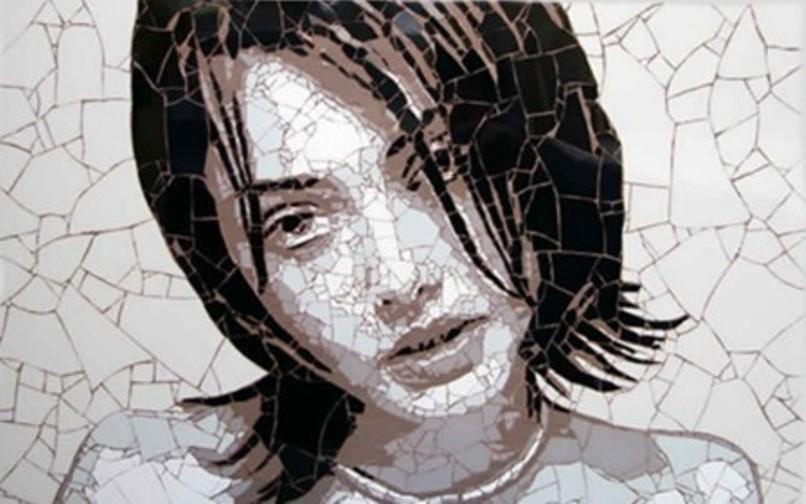 Рисунки из битой плитки на стене