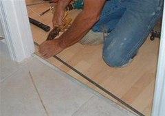 Обрезаем алюминиевую планку для стыка