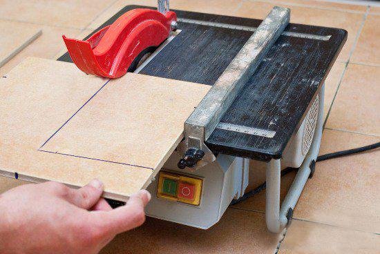 Режем плитку электрическим плиткорезом