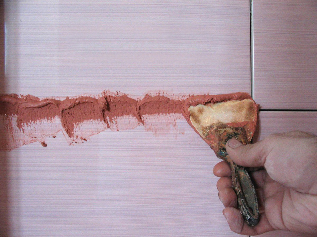 Нанесение готовой смеси на шов между плитками