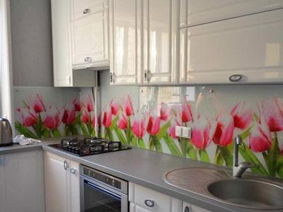 Рисунок цветов на плитке в кухне