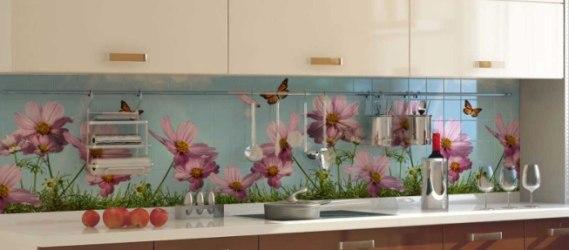 Изображение цветов на плитке на кухне