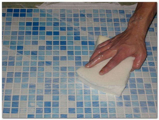 Чистим плитку мозаику