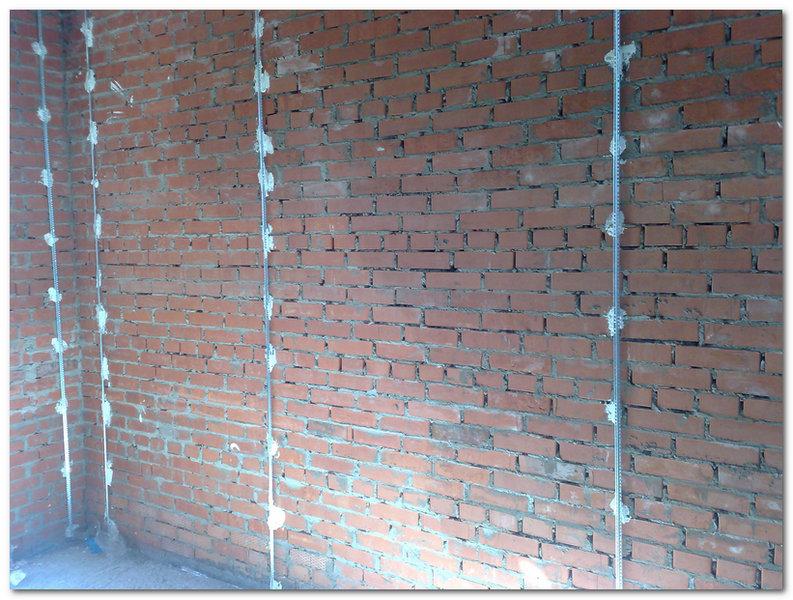 Установленные маяки на кирпичной стене