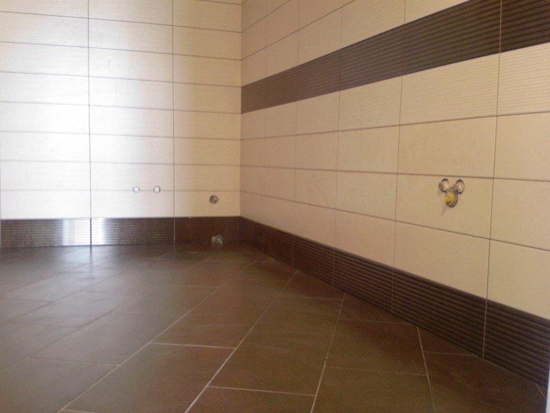 Горизонтальная укладка плитки в ванной