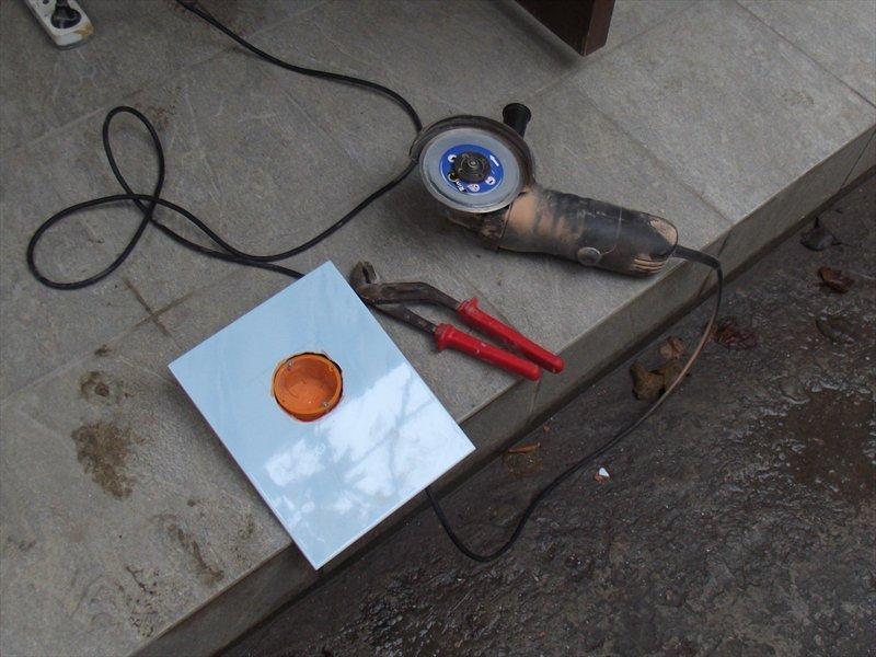Вырезаем болгаркой плитку под розетку