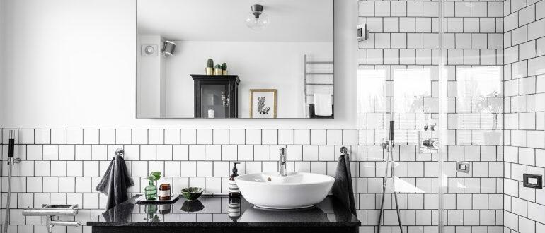 Белая плитка с черной затиркой в ванной